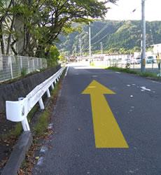大通りが左手側なら右折、右側なら左折し、大通りを背中に進みます。